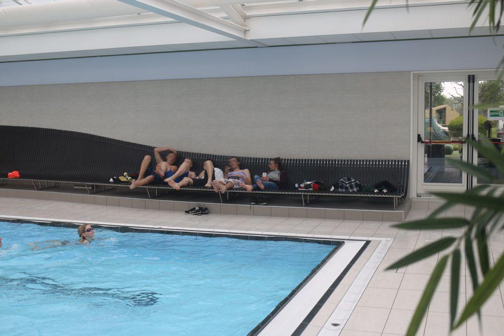 Zwembadbank camping Vreehorst Winterswijk: vrolijke gebruikers